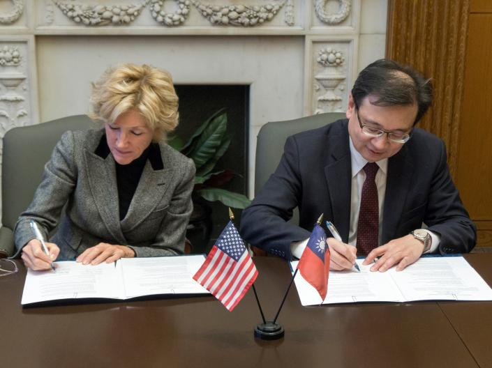 President Snyder signs an agreement with the President of Taipei Medical University