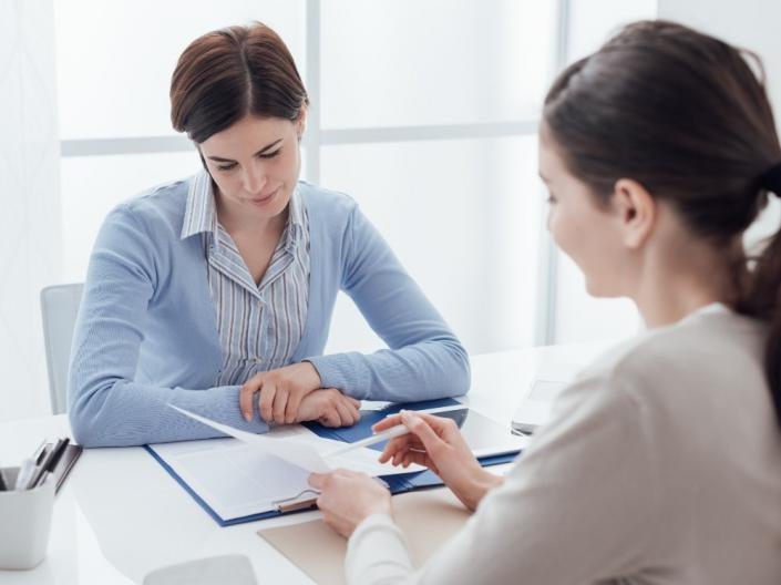 An advisor helping a woman with her resume